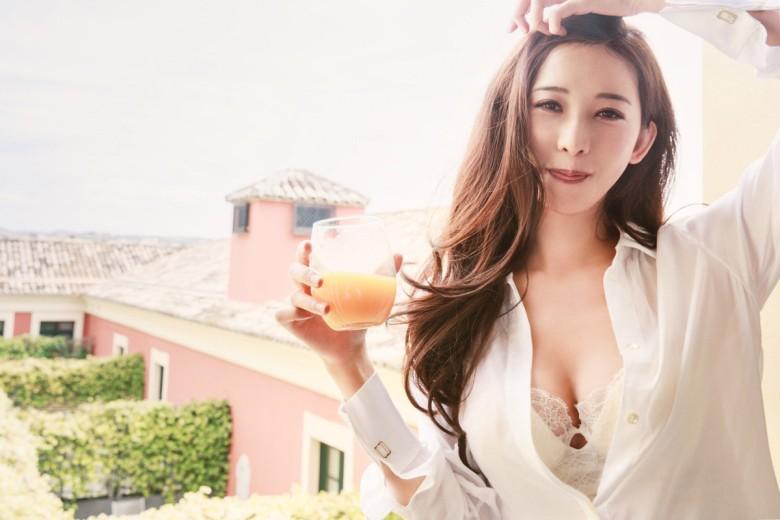 林志玲推出慈善年历 衣领大开诱惑至极